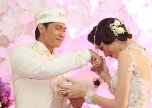 Donita mencium tangan suami sambil menerima mas kawin dari Adi