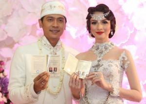 Sah!, Adi dan Donita menunjukan tanda telah resminya hubungan mereka, Buku Nikah