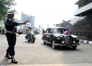 Dengan mengendarai Mobil Tua, Adi nugroho memasuki pelataran gedung UOB