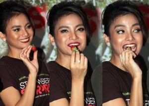 Acha Spetriasa sesaat akan memakan buah strawberry